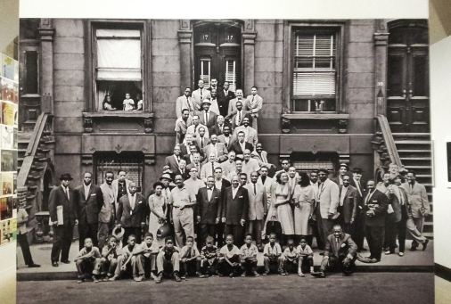 "Photo Art Kane ""A Great Day in Harlem."" - 1958 au 17 East 126th Street. Thelonious Monk, Charles Mingus, Count Basie, Sonny Rollins, Lester Young, Art Blakey, Horace Silver, Dizzy Gillespie, Coleman Hawkins and Pee Wee Russell."
